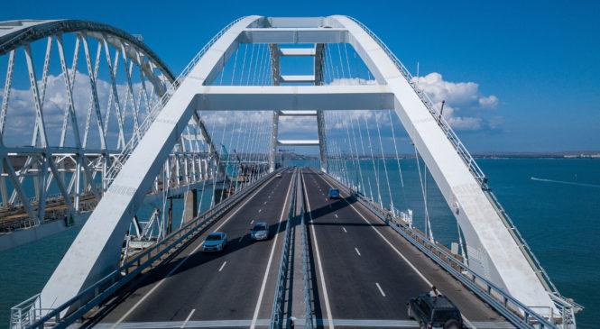1 октября Крымский мост открывается для движения грузового транспорта