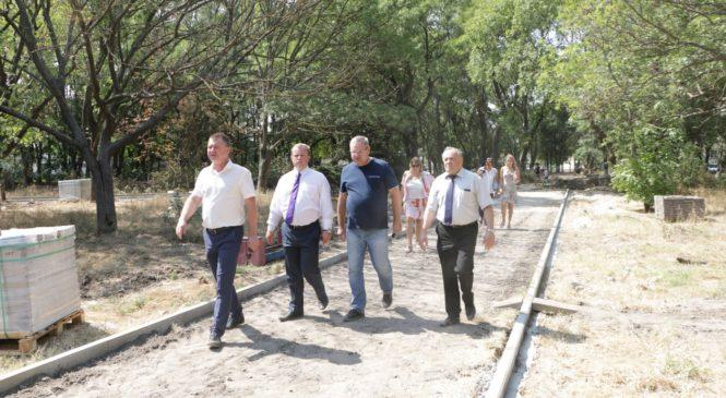 Глава муниципального образования с вице-спикером Госсовета Крыма осмотрели реконструкцию Комсомольского парка