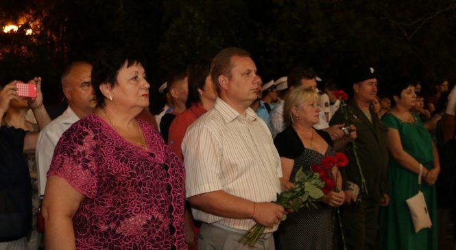 В Керчи почтили память погибших в терактах акцией-реквиемом «Зажги свечу!»