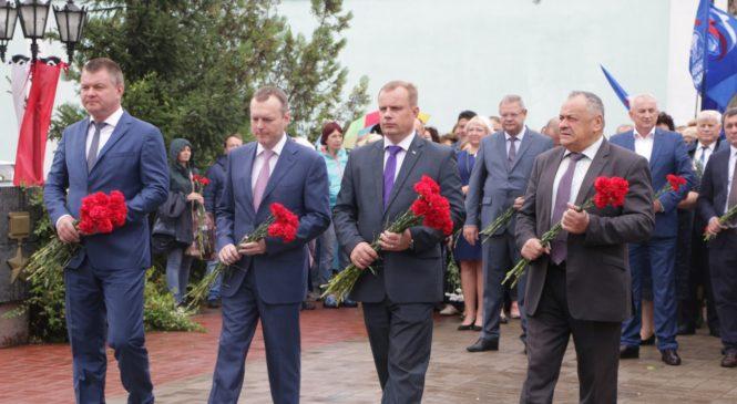 Керчане и гости города возложили цветы в Сквере Славы