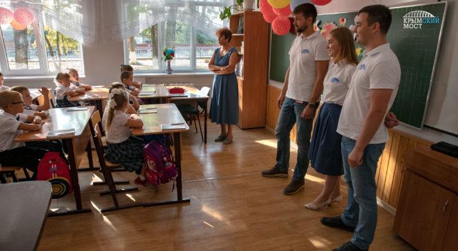 В первый класс с Крымским мостом: школьникам Тамани и Керчи  подарили тематические тетради