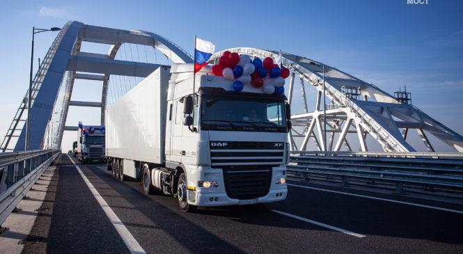 Грузовики поехали по Крымскому мосту