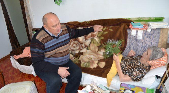 Депутат городского совета Владимир Батуренко поздравил ветерана с наступающим Новым годом