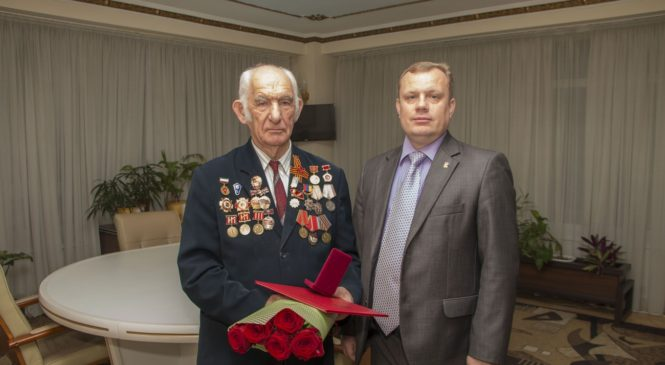 Глава муниципального образования поздравил с 80-летним юбилеем Петра Малышева