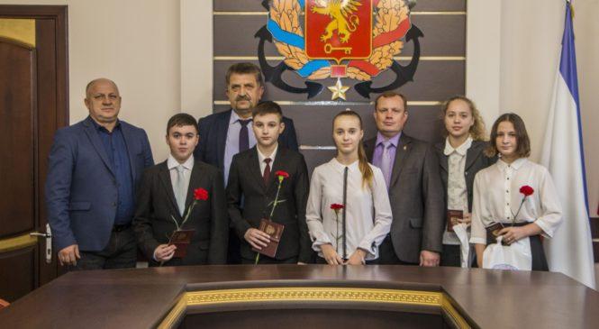 Юным керчанам вручили паспорта гражданина Российской Федерации