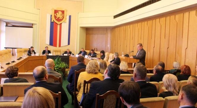 Николай Гусаков выступил в Госсовете Крыма с докладом по вопросу повышения эффективности контрольно-счетной деятельности