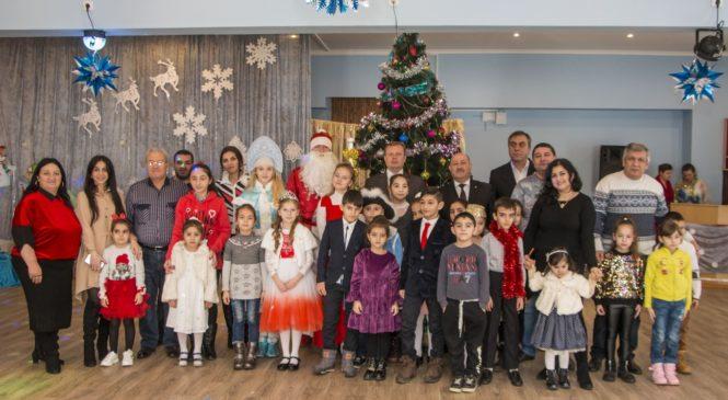 Николай ГУСАКОВ поздравил детей на утреннике в лицее искусств