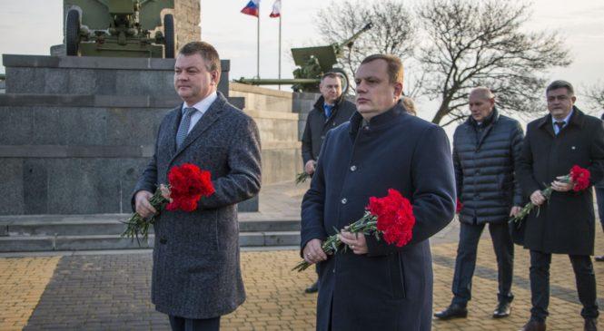 Керчане возложили цветы на горе Митридат в честь памятной даты о полном снятии блокады Ленинграда