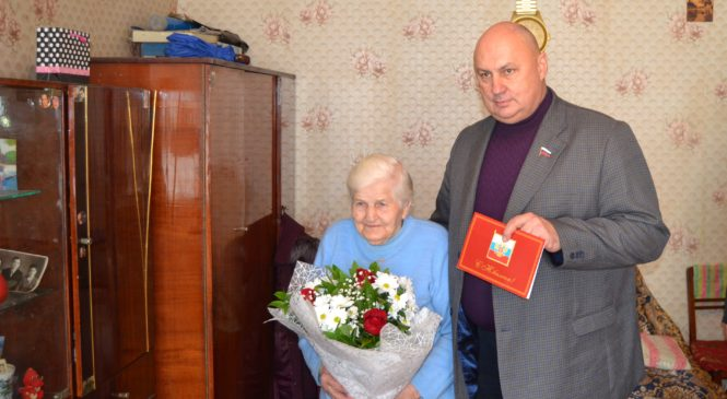 Владимир Батуренко поздравил ветерана ВОВ с 90-летним юбилеем