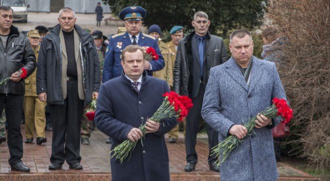 В преддверии Дня защитника Отечества керчане возложили цветы к Вечному огню
