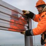 На железнодорожной части Крымского моста ставят шумозащитные экраны и стойки освещения (ВИДЕО)