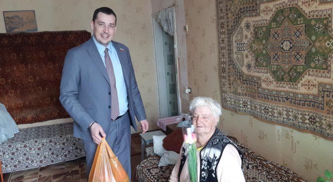 Депутат Павел ШПЕХТ поздравил жительниц своего округа и ветеранов с праздником