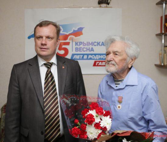 Глава муниципального образования поздравил с днем рождения писателя Василия МАКОВЕЦКОГО
