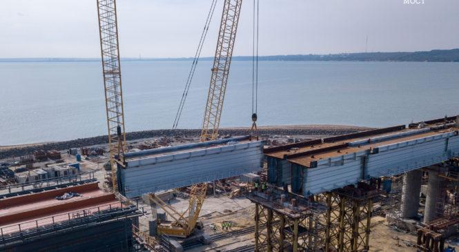 Строители Крымского моста соединили берега железнодорожными пролётами (ВИДЕО)