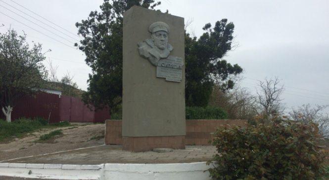 Добровольцы продолжают убирать братские могилы и памятники
