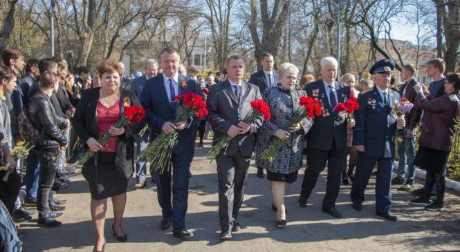 Керчане возложили цветы к братской могиле в Приморском парке