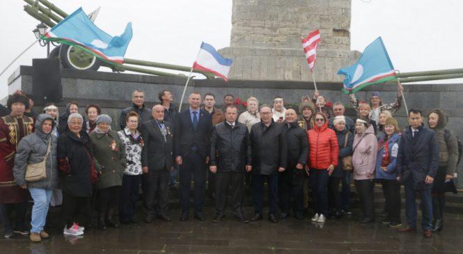 На горе Митридат делегация из Якутии возложила цветы к Обелиску Славы