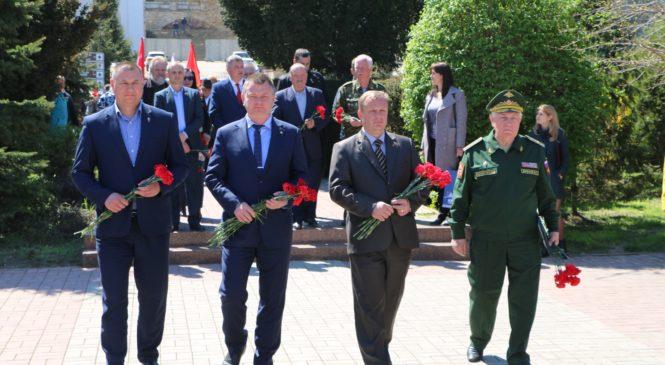 Керчане с делегацией из Санкт-Петербурга в сквере Славы почтили память погибших в ВОВ