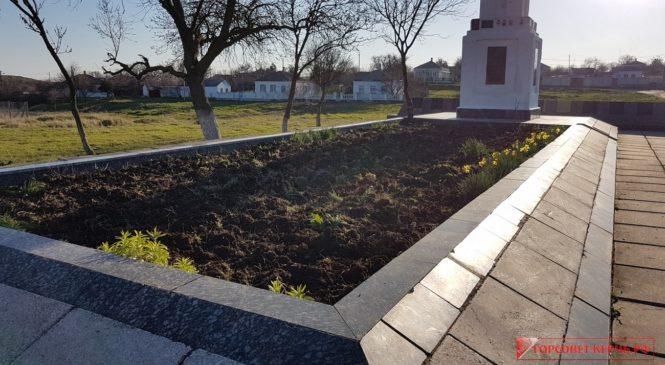 Добровольцы благоустроили братскую могилу в поселке Маяк
