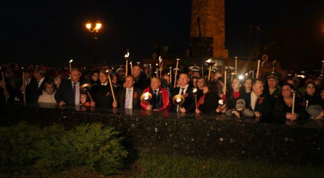 В Керчи прошло факельное шествие в честь Дня Победы