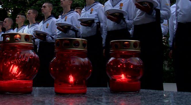 Керчане скорбят по погибшим российским морякам-подводникам