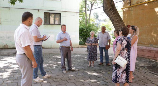 Глава муниципального образования Николай ГУСАКОВ встретился с жителями двора по ул. Борзенко, 44