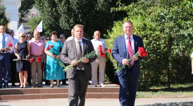 В День города керчане возложили цветы к Вечному огню