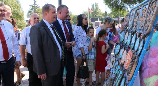 Глава муниципального образования с гостями города осмотрел выставки