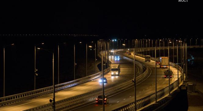 Более 700 тысяч грузовиков проехали по Крымскому мосту за год