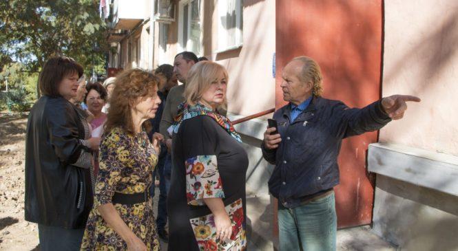Мая ХУЖИНА разбиралась в проблемах жителей домов по ул. Льва Толстого и Дейкало