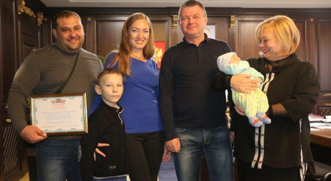 В рамках нацпроекта «Демография» две керченские семьи получили сертификаты