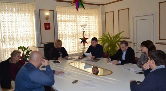 Мая ХУЖИНАпровела совещание по состоянию Молодежного и Комсомольского парков