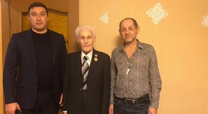 Депутаты поздравляют ветеранов ВОВ с наступающим Новым годом