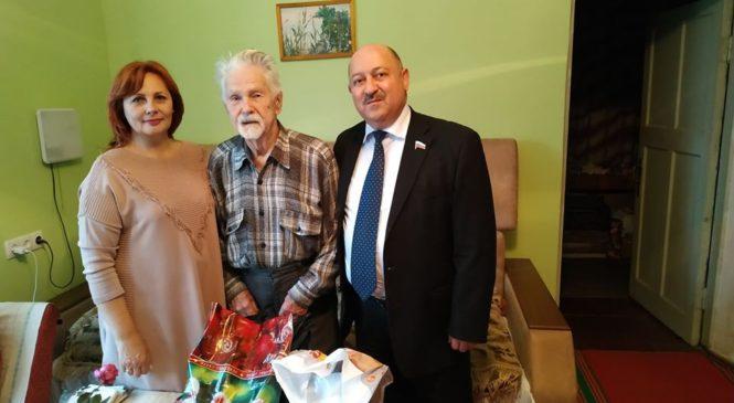 С новогодними подарками: Валерий АРУСТАМЯН побывал в гостях у ветерана ВОВ