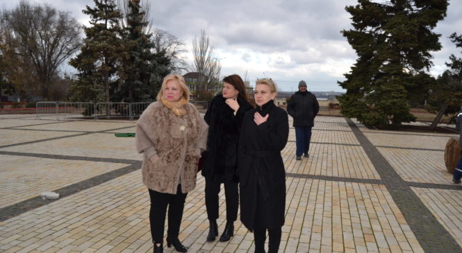 Мая ХУЖИНА проверила ход работ по установке Главной елки города