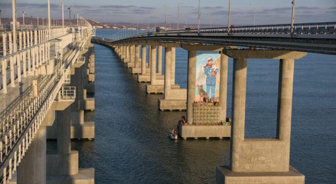 Художники посвятили строителям Крымского моста масштабный рисунок