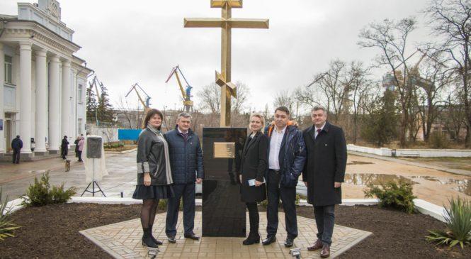 На проходной завода «Залив» установили поклонный крест