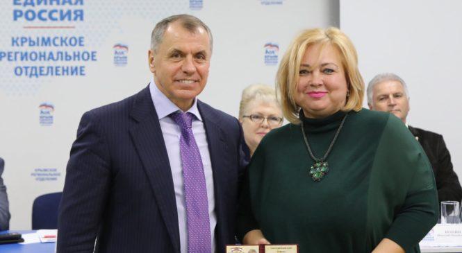 Мае ХУЖИНОЙ вручили удостоверение главы муниципального образования