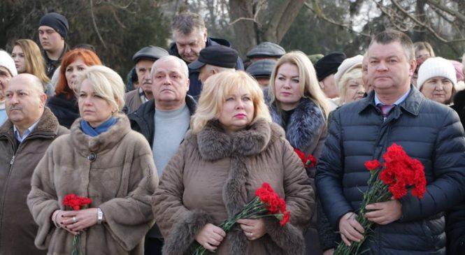 Керчане возложили цветы в честь памятной даты о полном снятии блокады Ленинграда