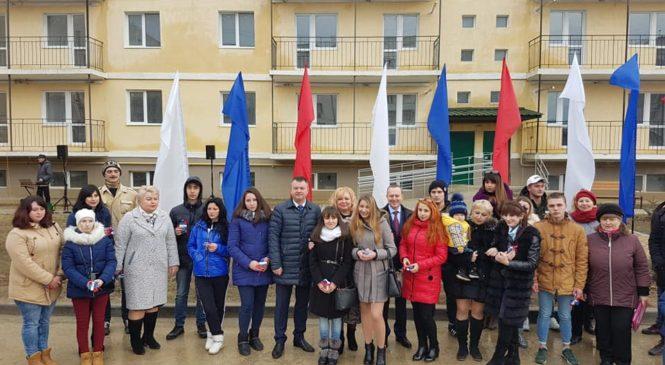 25 детей-сирот получили квартиры в новостройке