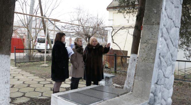 Сотрудники горсовета продолжают обследование братских могил на территории города