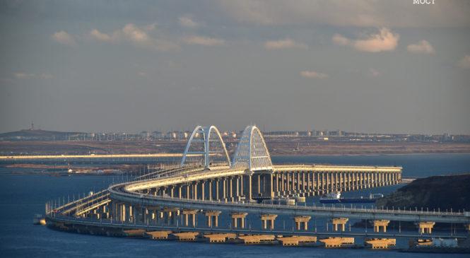 100 поездов прошли по Крымскому мосту