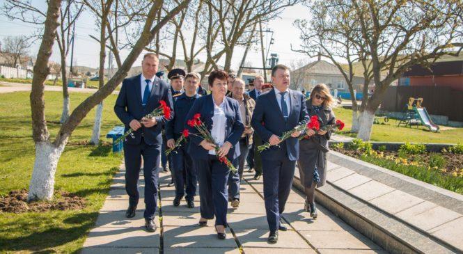 Руководство города и главы силовых ведомств возложили цветы к братским могилам в честь Дня освобождения Керчи