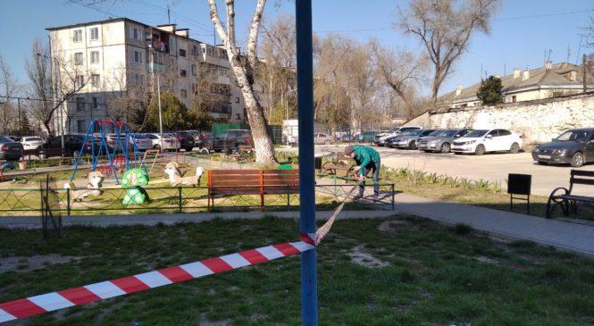 В Керчи обнесли сигнальными лентами детские и спортивные площадки