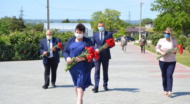В Керчи прошло возложение цветов к мемориальному комплексу «Героям Аджимушкая»