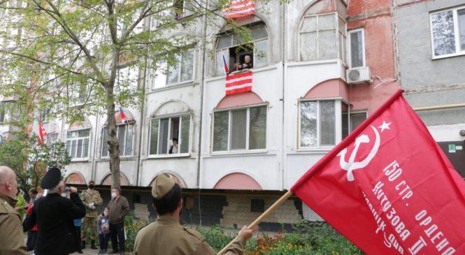 Под балконом фронтовика Якова КРАСНЮКА прошел Парад Победы