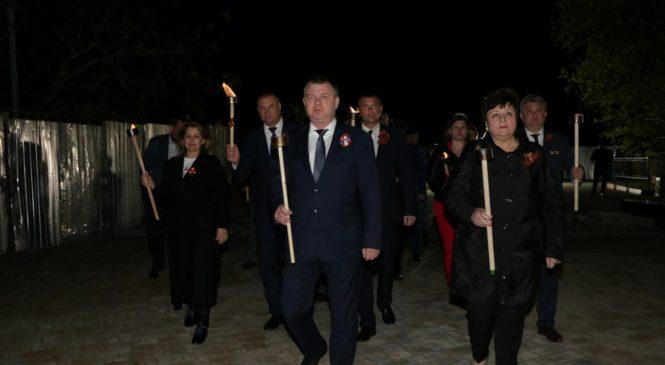 На Митридате руководство города и силовики принесли лампады к Обелиску Славы