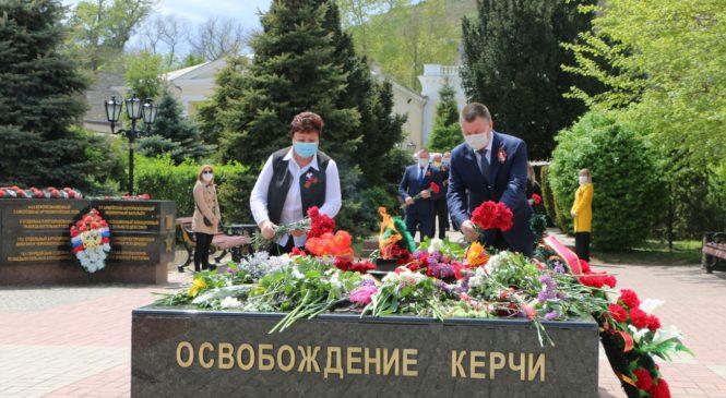 Руководство города и силовики возложили цветы к Вечному огню