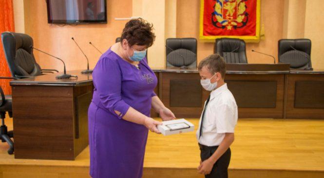 Депутаты городского совета подарили детям в многодетных малоимущих семьях планшеты