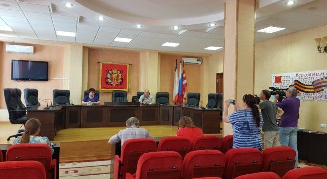Глава территориальной избирательной комиссии Керчи дал пресс-конференцию для СМИ по предстоящему голосованию за поправки в Конституцию
